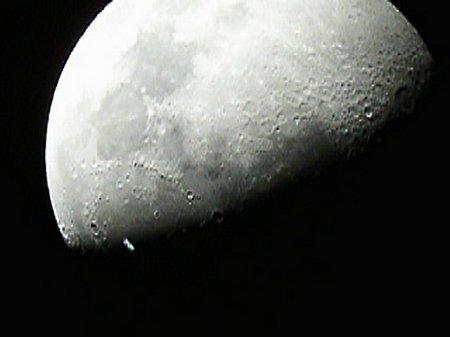МКС на фоне Луны